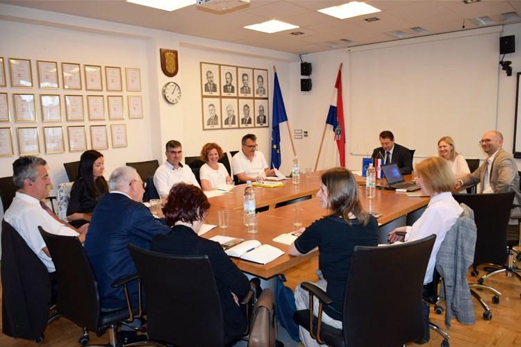 Slika prikazuje fotografiju članova Povjerenstva za standardizaciju geografskih imena sa prve sjednice povjerenstva.